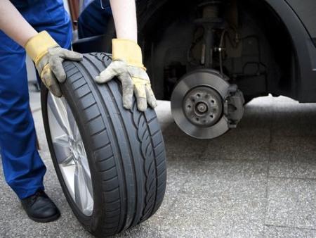 Phải kiểm tra lốp oto thường xuyên để đảm bảo an toàn